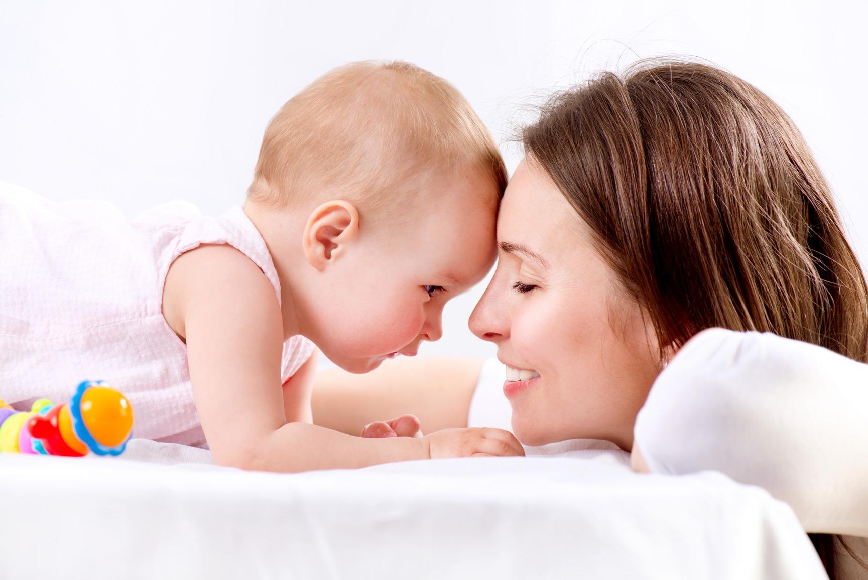 Rüyada Hastanede Yeni Doğmuş Erkek Bebek Ele Kucağa Kaldırıp Almak